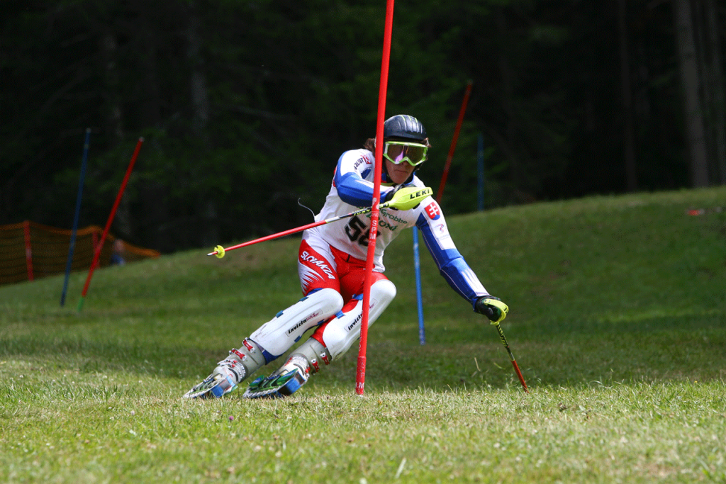 Syn Ľubomíra Masára Adam lyžuje na tráve.