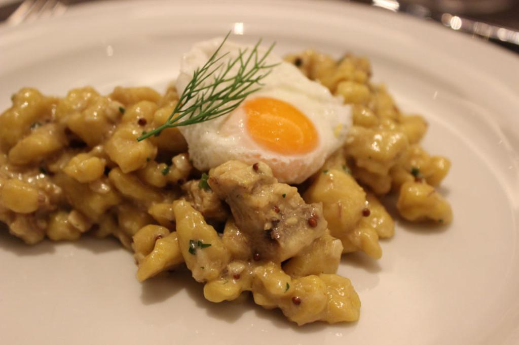 Údený Úhor servírovaný so špeclami s hrubozrnou horčicou a pošírovaným vajíčkom
